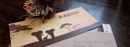 Afrika geboortekaartje - familie olifanten en opgaande zon in de savanne.