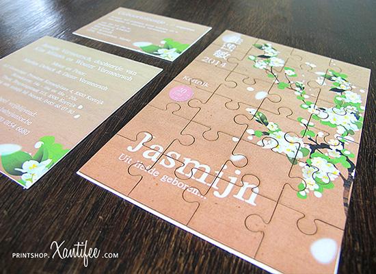 Een puzzel geboortekaartje met Jasmijn bloemen in een speciaal Oosters tintje.