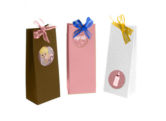 Doopsuiker stickers en label. Geboortekaartje pop: Grote zus kiest een kindje in de speelgoedwinkel voor haar mama en papa