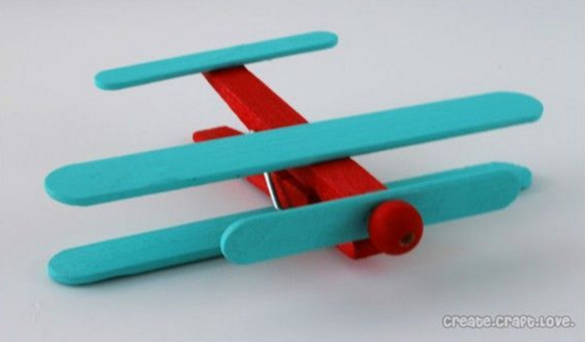 Hoe maak ik een doopsuiker vliegtuigje uit een wasknijper en friscostokjes