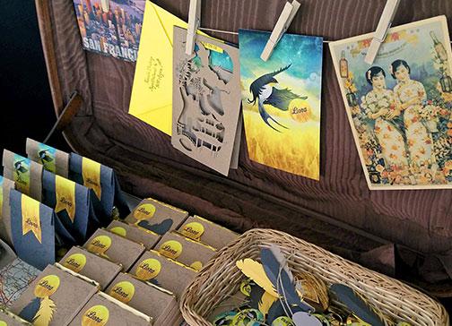 doopsuiker opstelling geboorte koffer kompas chocolade smarties zakjes geboortekaartje vogel zwaluw zomer reizen wereldkaart xantifee
